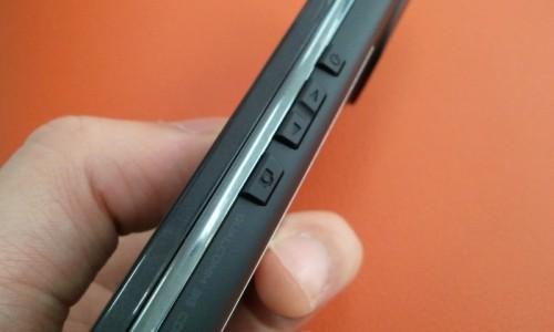 REGZA Phone IS04 - 右側面
